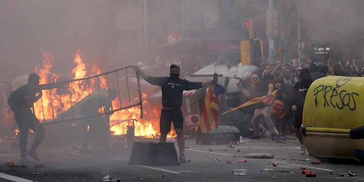 Más de medio millón de independentistas catalanes se reunieron el viernes en el centro de Barcelona, en una jornada de huelga general, para protestar por la sentencia que condena por secesión a sus líderes a más de nueve años de prisión por la intentona soberanista de 2017. (LASSERFOTO AFP)