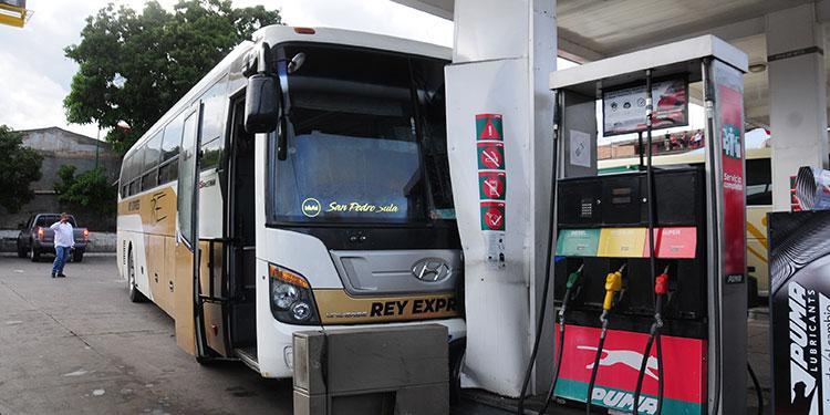 El autobús se estrelló en una defensa de la gasolinera en El Country.