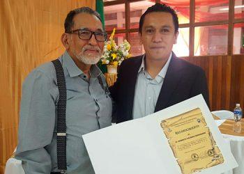 El expositor Roberto Cáceres Fernández recibió un reconocimiento de la UNA.