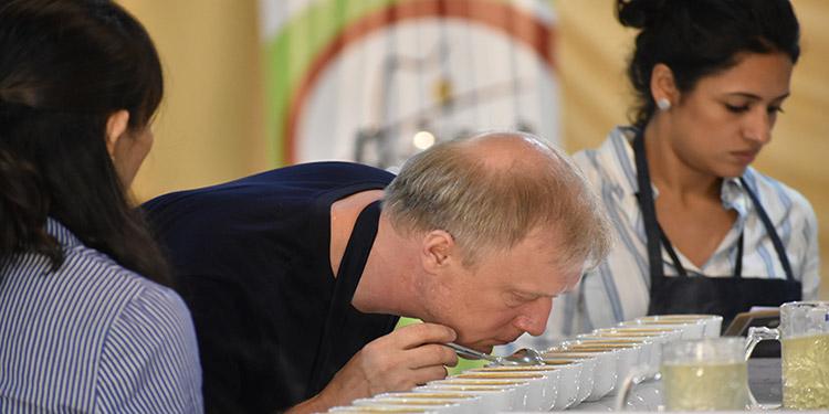 """Compradores de todo el mundo esperan en el """"Coffe Dinner"""" o reunión cumbre del sector exportador del grano."""