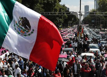 Cientos de taxistas protestaron contra apps que ofrecen transporte en la Ciudad de México.