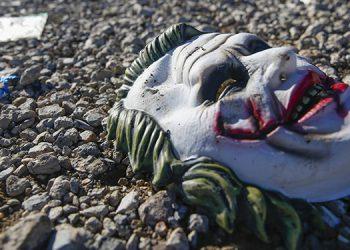Máscaras yacen en el suelo en la escena de un tiroteo mortal en Greenville, Texas.