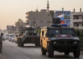 Fuerzas rusas patrullan las calles de la ciudad de Amuda, en el norte de Siria, el jueves 24 de octubre de 2019. (AP Foto/Baderkhan Ahmad)