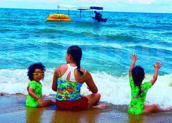 Cientos de visitantes han llegado a las playas de Trujillo, Colón, este jueves. Fotos: Marvin Bobadilla