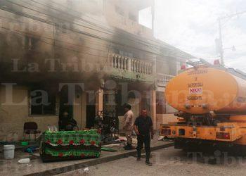 Bomberos tratan de controlar las llamas en el barrio Sunseri.