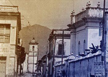 """1 Edificio al costado norte de la Catedral, donde funcionó la """"Farmacia Unión"""" al fondo el campanario de San Francisco."""
