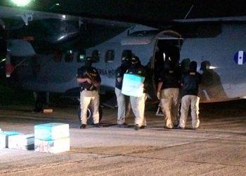 La noche del miércoles fue trasladado a la capital el primer cargamento de droga decomisada recientemente en La Mosquitia hondureña.