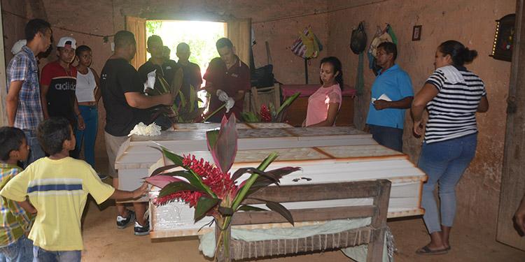 Los cuerpos de los infantes fueron velados en la casa de sus abuelos maternos, a poca distancia de la vivienda donde fueron encontrados muertos.