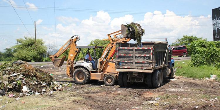 """En las entradas y salidas de la ciudad de Choluteca forman enormes promontorios de basura que la empresa """"Aguas de Choluteca"""" busca eliminar."""