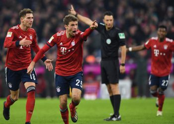 (L-R) Bayern Munich's midfielder Leon Goretzka and Bayern Munich's German forward Thomas Mueller celebrate after the third goal for Munich during the German first division Bundesliga football match between FC Bayern Munich and Fortuna Duesseldorf in Munich, southern Germany on November 24, 2018. (Photo by Christof STACHE / AFP) / RESTRICTIONS: DFL REGULATIONS PROHIBIT ANY USE OF PHOTOGRAPHS AS IMAGE SEQUENCES AND/OR QUASI-VIDEO