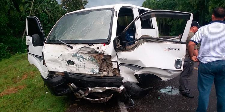 Los ocupantes del camioncito se llevaron la peor parte, pero afortunadamente se encuentran fuera de peligro.