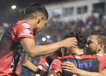 """Las """"Panteras Negras"""" de Siguatepeque celebran uno de los goles que los llevó a semifinales tras eliminar al Atlético Choloma."""