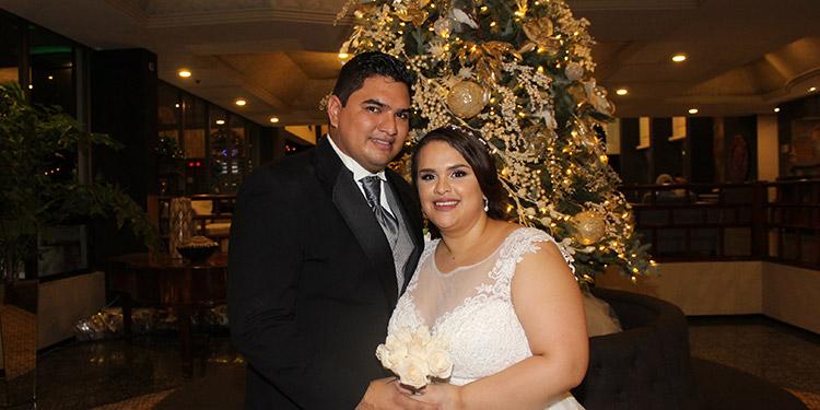 Edgardo  y Ariadna felices luego de pronunciar sus votos matrimoniales.