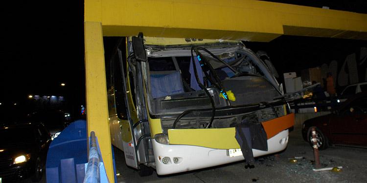 El autobús de la empresa Sultana quedó empotrado en los estribos del puente a desnivel, a la altura de la zona de Camosa.