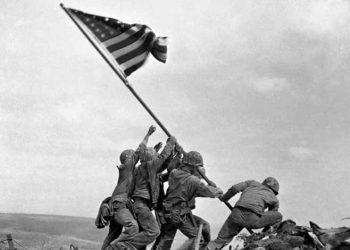 Soldados levantando la bandera en Iwojima.