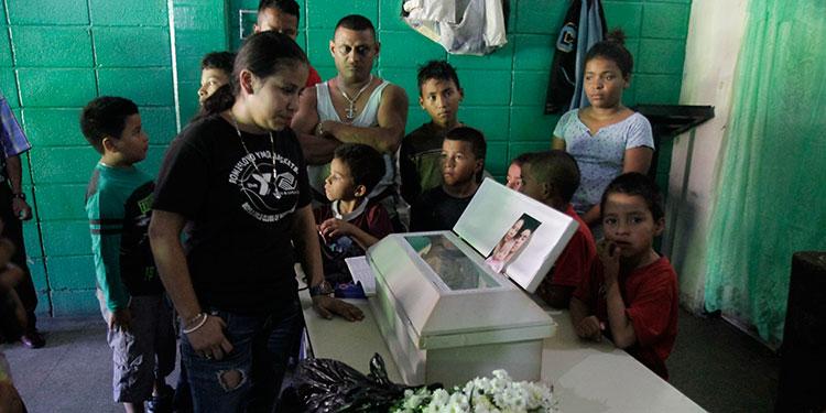 """La joven señora Seydi González, madre de la menor, afirmó que la niña falleció porque le hicieron """"mal de ojo""""."""