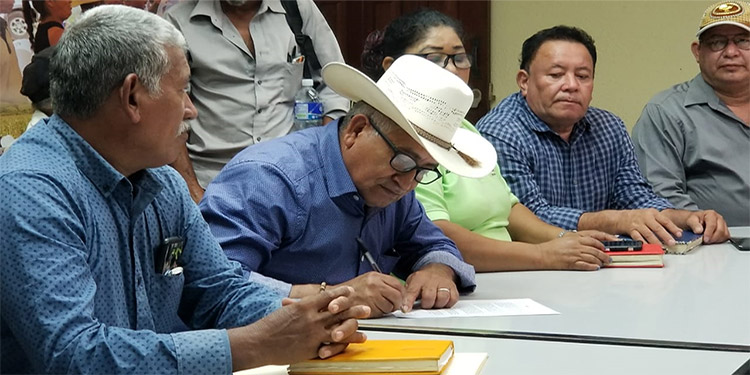 Los representantes de las organizaciones campesinas firmaron el documento de socialización.