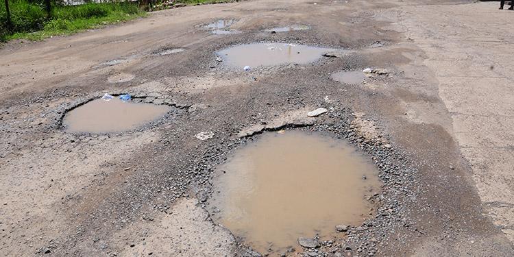 Los baches de la carretera que conduce a la aldea de Támara son tan grandes, que es díficil que los conductores los evadan.