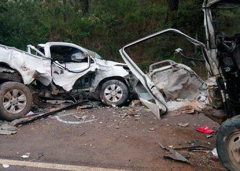 Ambos automotores resultaron muy dañados como resultado del fuerte impacto, por lo que fue necesario removerlos con grúas hacia la capital.