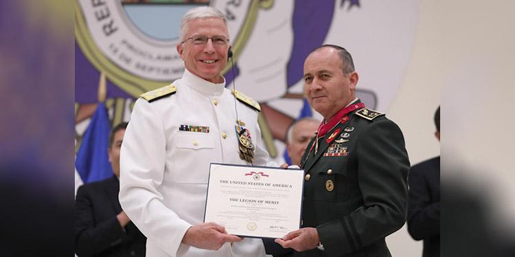 El almirante Craig S. Faller, entregó el reconocimiento a René Ponce Fonseca.