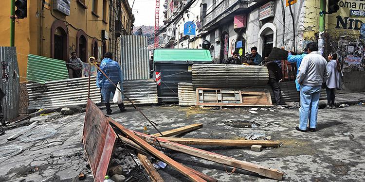 En La Paz hubo menos bloqueos en las calles el lunes que en días precedentes, pero también escaso servicio de transporte público.
