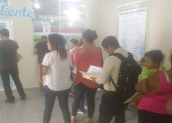 Padres de familia hacen fila para hacer los trámites de graduación de sus hijos.