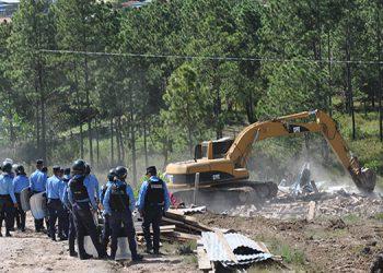 Un contingente de elementos policiales acompañó al juez ejecutor en la demolición de las 47 viviendas.