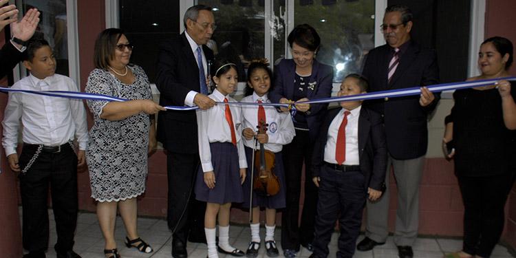 La embajadora de China Taiwán, Ingrid Hsing, hizo el corte de cinta, acompañada por delegados de Done un Aula, docentes y alumnos.