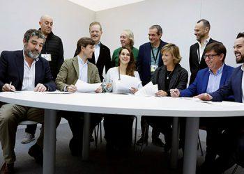 La victoria de los socialistas pero con menos diputados, el hundimiento del centro liberal y el salto de la extrema derecha de Vox complican aún más la formación de gobierno en España tras las elecciones legislativas del domingo.
