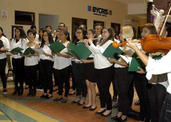 El Coro de Ángeles, conformado por 50 estudiantes de la carrera de enfermería de la UNAH, participó en el Festival Universitario de las Culturas con música navideña.