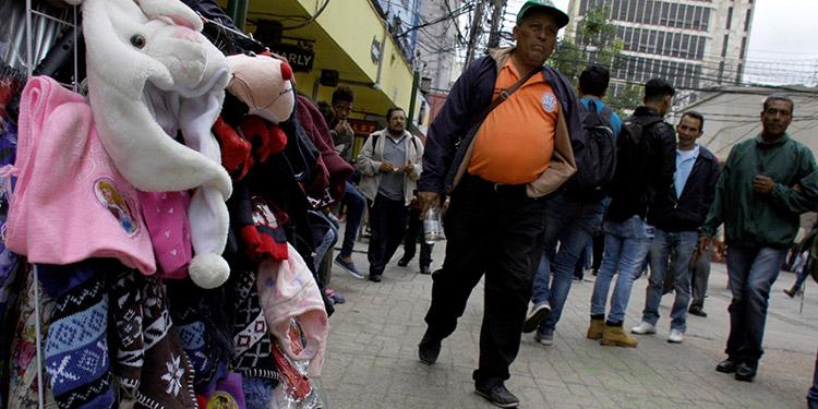 En los principales parques y vías públicas de la capital ya se observan las ventas de abrigos y suéteres.