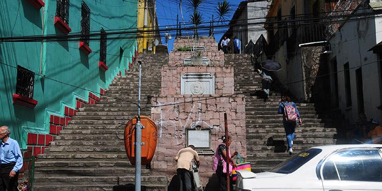 Los pocos peatones que aún utilizan las gradas del barrio La Hoya, caminan con cuidado para no embarrarse de heces fecales.