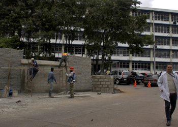 El proyecto reduce el espacio para estacionamiento de los empleados y visitantes del Hospital Escuela Universitario.