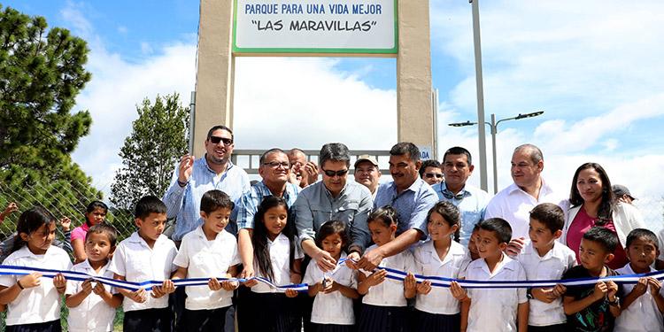 """El Presidente Juan Orlando Hernández inauguró el Parque para Una Vida Mejor """"Las Maravillas"""", junto a los niños de la Escuela Urbana Mixta Lempira."""