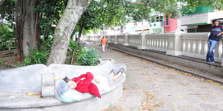A falta de vigilancia, las bancas del parque La Concordia son usadas por indigentes para dormir.
