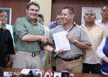 Hernández entregó una copia del reglamento al presidente de la Asociación Nacional de Empleados Públicos de Honduras (Andeph), Fredy Gómez.