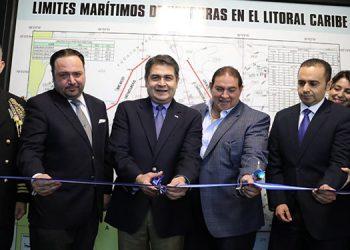 El Presidente Juan Orlando Hernández inauguró el Centro de Información Marítima, junto al director de Marina Mercante y otras autoridades.