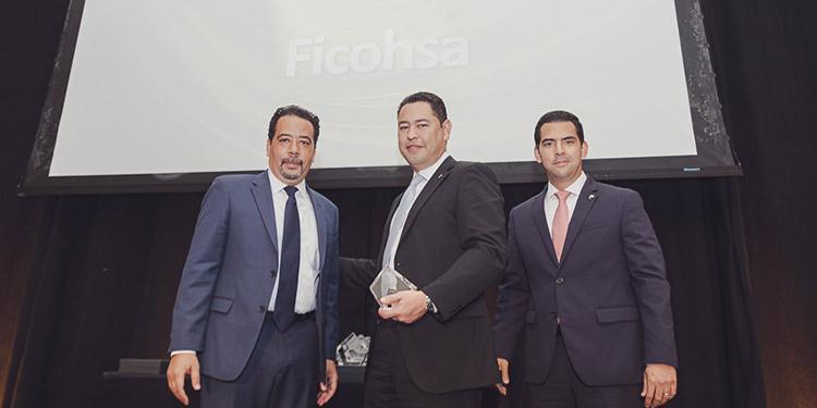 El gerente general de Ficohsa, Abel García (centro) y el gerente regional de instituciones financieras, Ricardo Carías (derecha), recibieron el premio de LatinFinance.