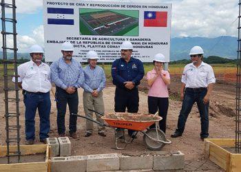El ministro de la SAG, Mauricio Guevara, junto a la embajadora de China-Taiwán, Ingrid Hsing; y otros funcionarios, dieron por iniciado el proyecto de cría y reproducción de cerdos.