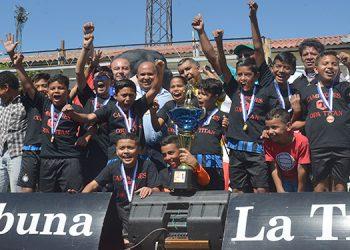 Los campeones de la 4 de Junio (Ecuador) al momento de levantar la Copa El Titán.
