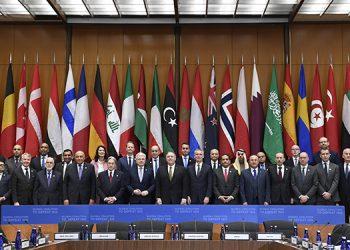 El secretario de Estado estadounidense Mike Pompeo, centro, y otris ministros y funcionarios de exteriores extranjeros posan para la foto en el Departamento de Estado en Washington.