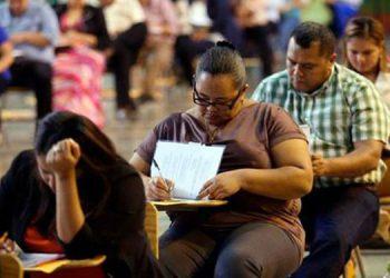 Los profesores iniciaron con sus pruebas de conocimiento para obtener una plaza en Educación.