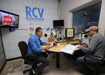 """Los periodistas Carlos López (director) y Juan Carlos Fúnez  conducen los noticiarios principales """"Primera Plana"""" y """"Epicentro de Noticias""""."""