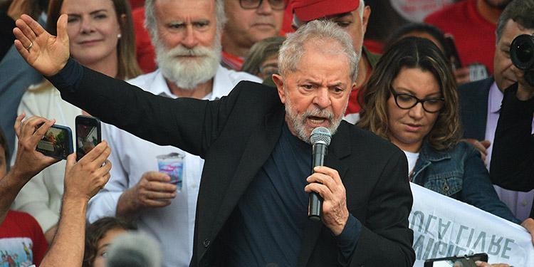 El expresidente de Brasil Luiz Inácio Lula da Silva (2003-2010) dejó el viernes la cárcel tras pasar 580 días preso y ahora, beneficiado por una decisión del Tribunal Supremo, recurrirá en libertad una condena a 8 años y 10 meses por corrupción pasiva y blanqueo de dinero. (LASSERFOTO AFP)