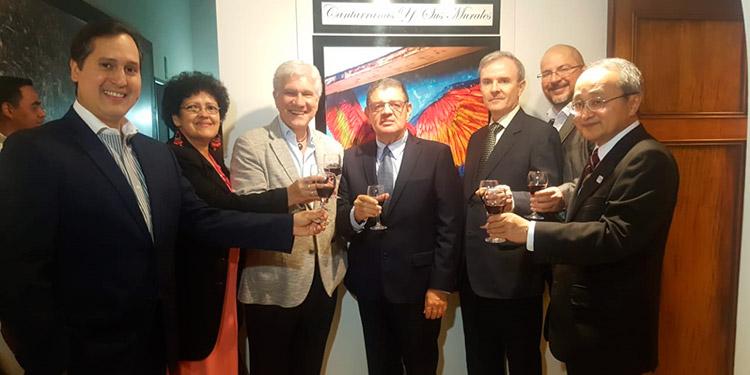 El artista Jean Rivera, obsequió un cuadro al embajador de Argentina, Juan José Castelli y al edil Francisco Gaytán, por el respaldo dado a su trabajo.