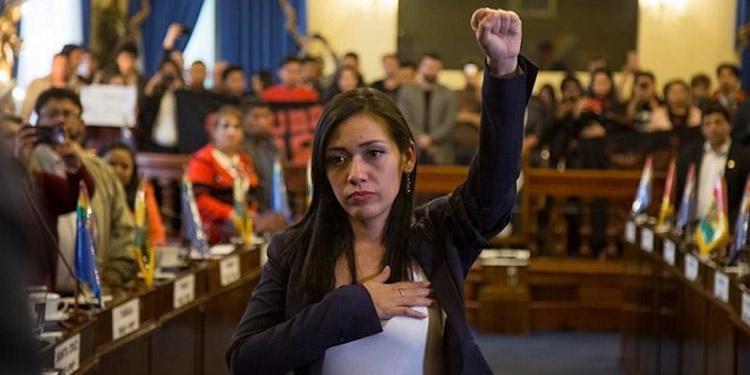 Adriana Salvatierra Arriaza, tiene 29 años, fiel defensora de la gestión del presidente Morales, desde los 16 años que milita en el MAS.