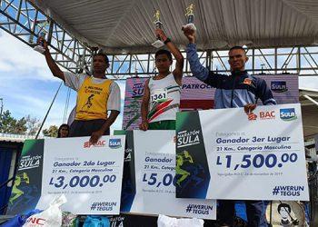Los ganadores de la categoría absoluta de 21 kilómetros Gualberto Méndez (centro) Golfran Ortez y Orlin Alemán.