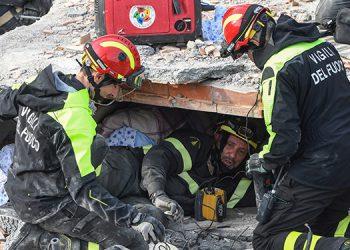Rescatistas buscan a sobrevivientes bajo los escombros en Albania.