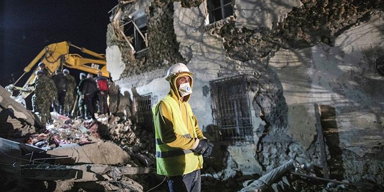 Rescatistas buscando en un edificio derrumbado tras un sismo de magnitud 6,4 en Thumane, oeste de Albania, el martes 26 de noviembre de 2019. Rescatistas con excavadoras buscaban a sobrevivientes atrapados en edificios derrumbados el martes. (AP Foto/Petros Giannakouris)