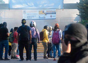 La mayoría de los manifestantes que causan disturbios ocultan sus rostros con camisas y pasamontañas.